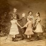 Sophus Williams, Berlin, děti si hrají na slepou bábu, 1882, polovina kolorované stereofotografie.