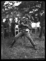 Rudolf Bruner-Dvořák, muž v sokolském úboru se občerstvuje, kopie z negativu 18 x 13 cm.