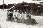 Anonym, dámská skupinová jízda na saních, 1910, formát kabinetky.