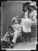 Anonym, Inscenace jízdy autem s dámou, kolem 1905, kopie z negativu 18 x 13 cm.
