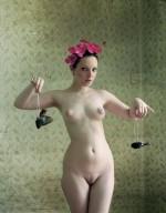 K. Koblenová, Autoportrét s mrtvými ptáčky, 2012